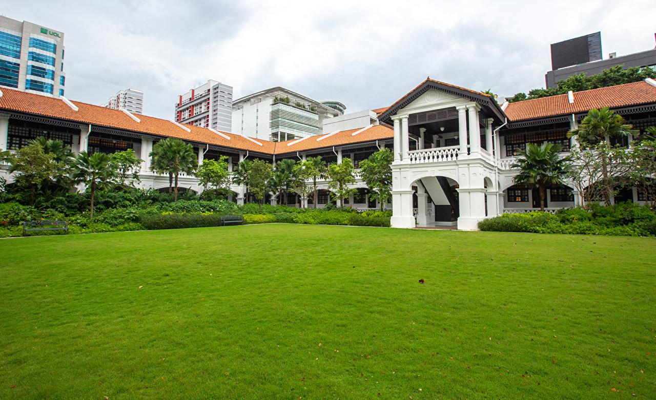 Картинка Сингапур Raffles Hotel Гостиница газоне Здания Города Отель отеля гостиницы Газон Дома город