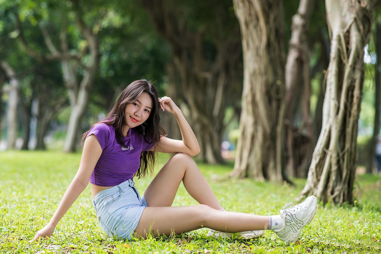 Картинки улыбается футболке молодая женщина ног Азиаты шорт сидя Трава смотрят Улыбка Девушки девушка Футболка молодые женщины Ноги азиатки азиатка траве Сидит Шорты шортах сидящие Взгляд смотрит