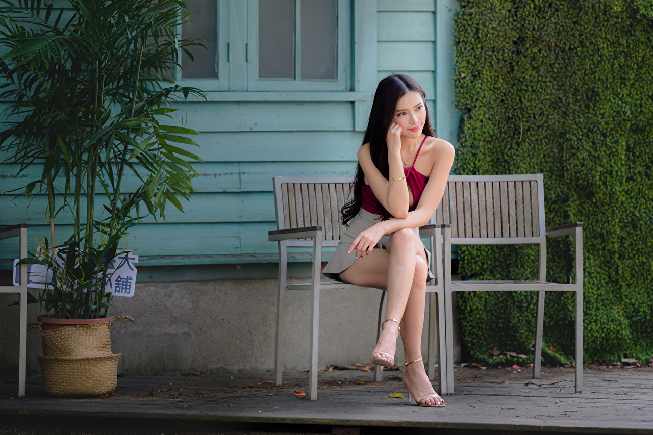 Картинка Девушки ног Азиаты Сидит Скамья девушка молодая женщина молодые женщины Ноги азиатки азиатка сидя сидящие Скамейка