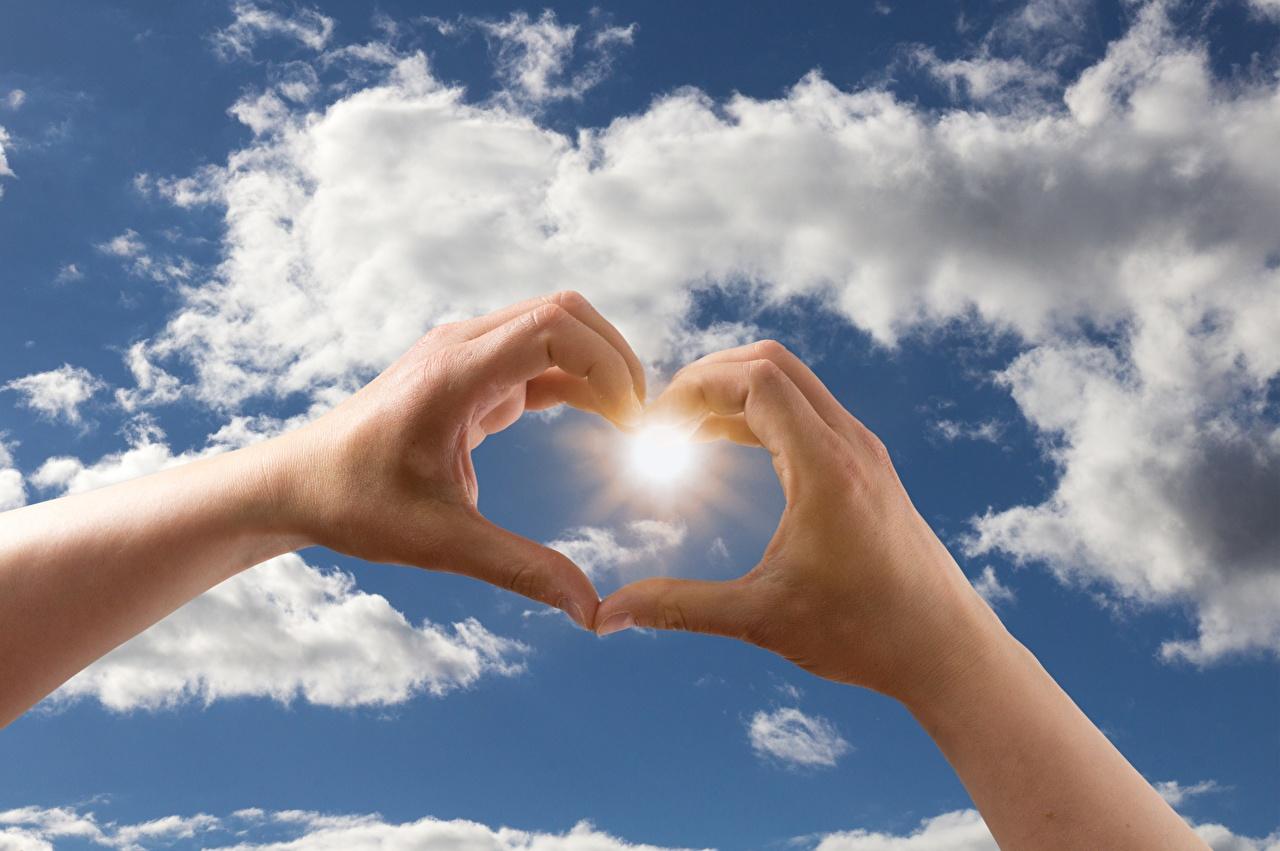 Фото Сердце солнца Небо рука Пальцы облако серце сердца сердечко Солнце Руки Облака облачно