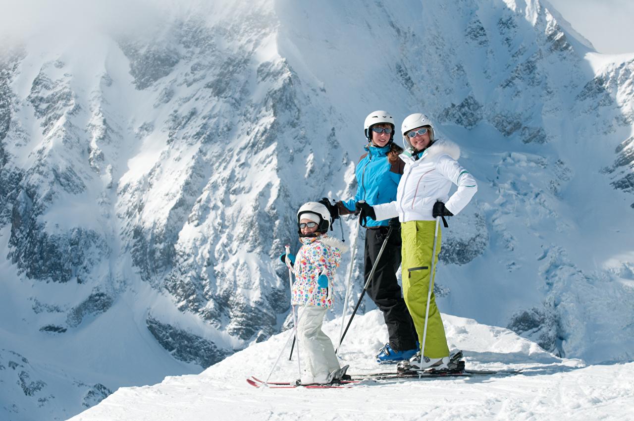 Обои для рабочего стола Девочки Шлем Дети зимние Снег очках Лыжный спорт девочка шлема в шлеме ребёнок Зима снега снегу снеге Очки очков