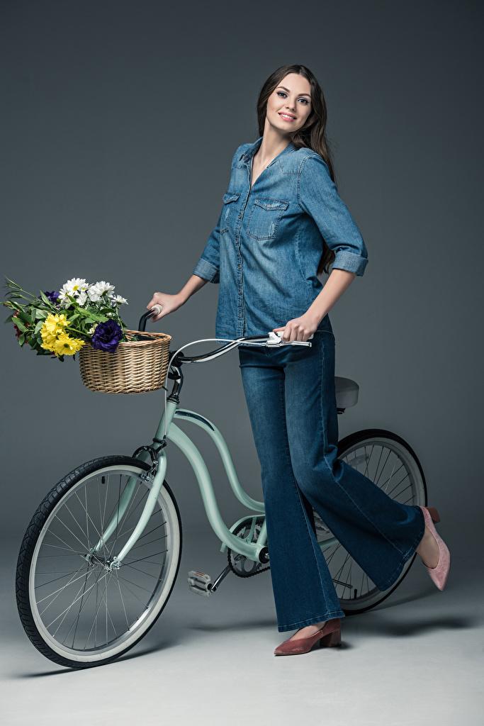 Фотографии Шатенка улыбается Букеты велосипеды Девушки рубашки Джинсы Корзина Серый фон шатенки Улыбка Велосипед велосипеде рубашке девушка Рубашка молодые женщины молодая женщина джинсов корзины Корзинка сером фоне