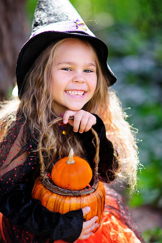 Фотографии Девочки Улыбка ребёнок Тыква Хеллоуин  для мобильного телефона девочка улыбается Дети хэллоуин