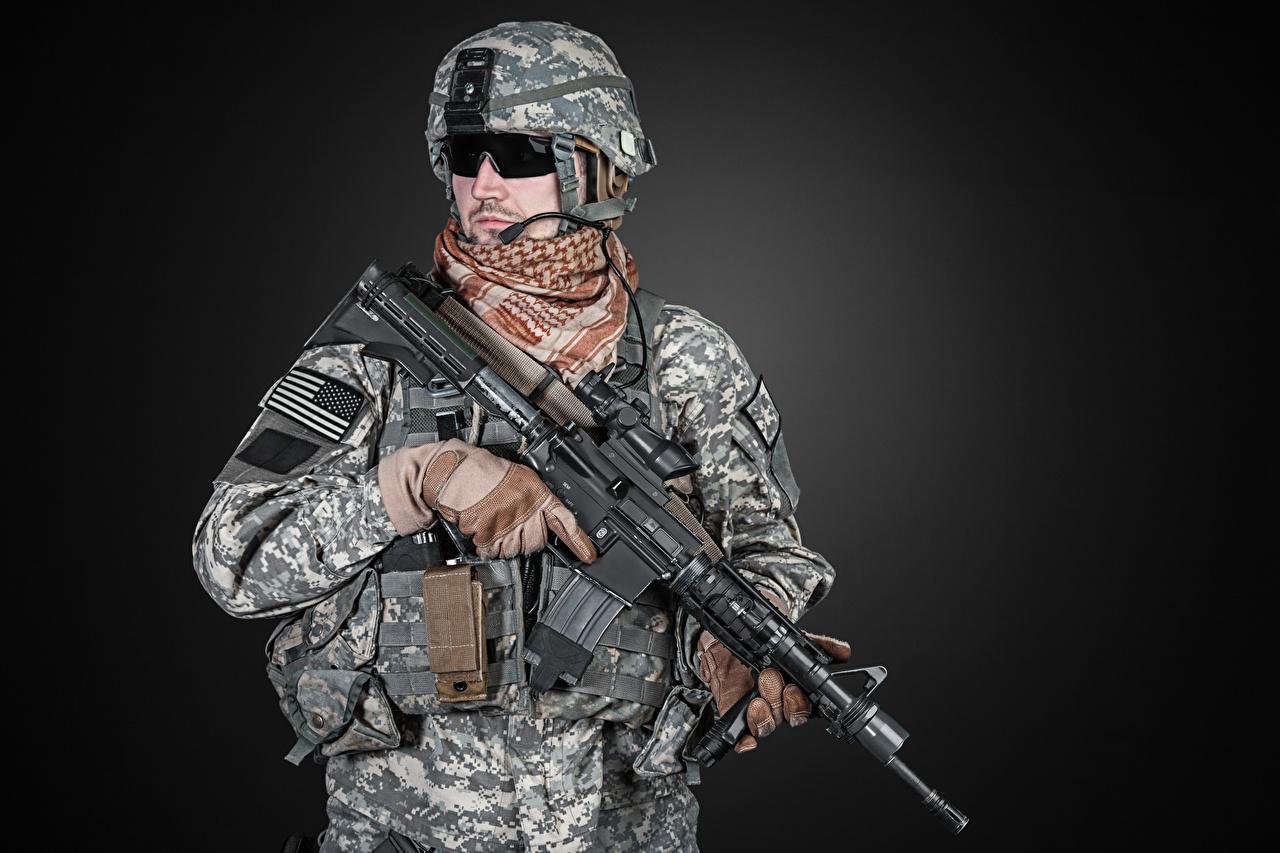 Картинка солдат Автоматы Очки униформе Серый фон Армия Солдаты автомат автоматом очках очков Униформа сером фоне военные