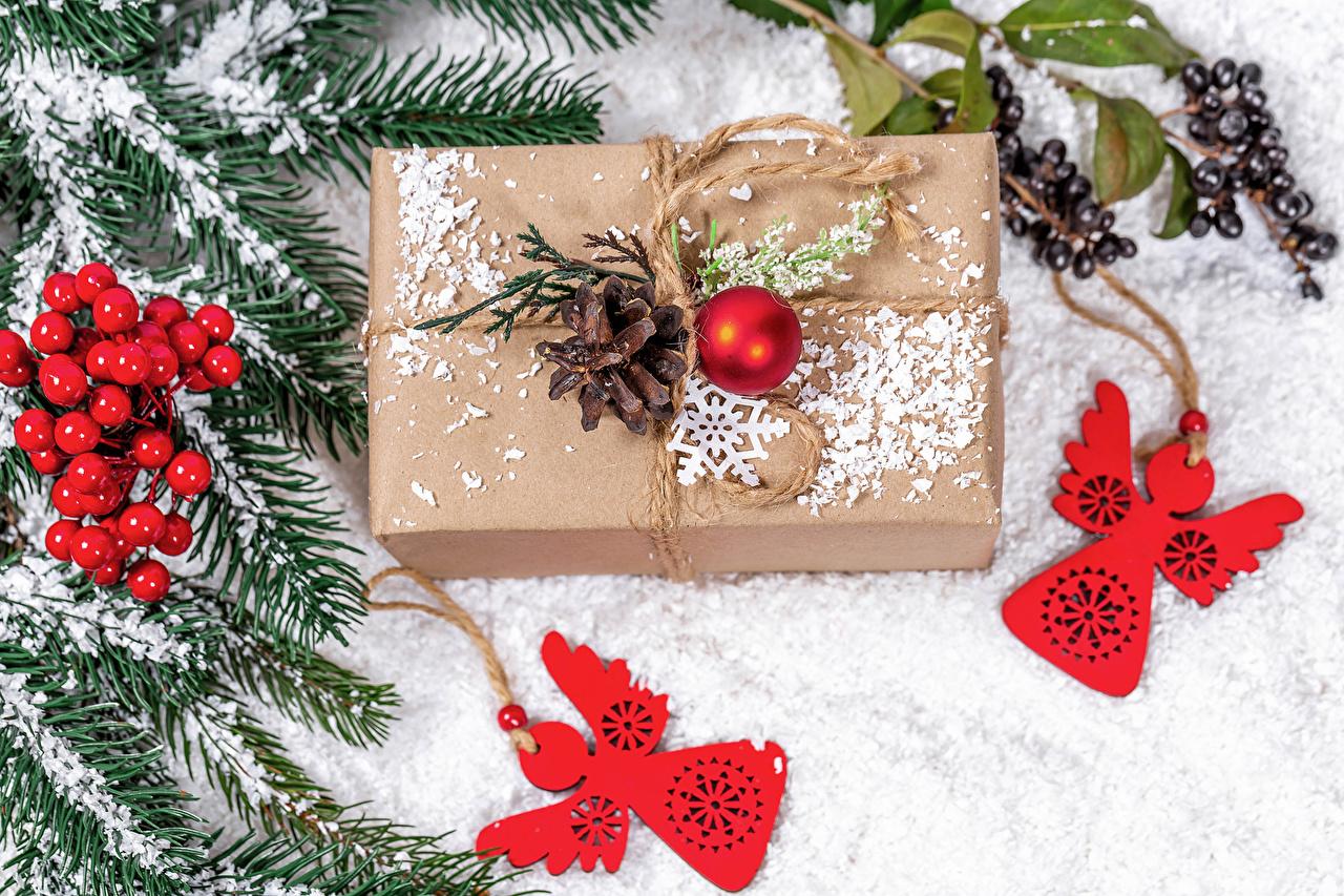 Картинка Новый год Снег Подарки Шар шишка Ягоды на ветке Рождество снега снеге снегу подарок подарков Шишки ветвь Ветки ветка Шарики