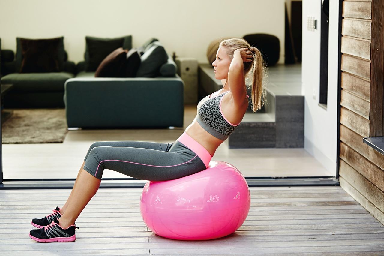 Обои для рабочего стола блондинок Тренировка Фитнес девушка Мяч Сидит Блондинка блондинки тренируется физическое упражнение Девушки молодые женщины молодая женщина сидя Мячик сидящие