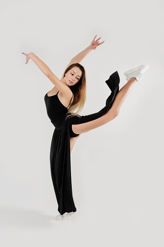 Фотография танцуют Красивые молодая женщина ног Руки сером фоне  для мобильного телефона Танцы танцует красивая красивый девушка Девушки молодые женщины Ноги рука Серый фон