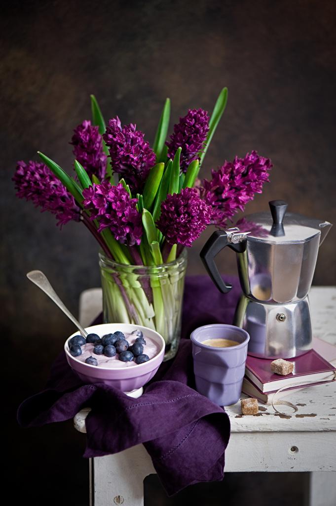 Картинки Кофе Бордовый Цветы Чайник Черника стакана Гиацинты Натюрморт  для мобильного телефона бордовая бордовые темно красный цветок Стакан стакане