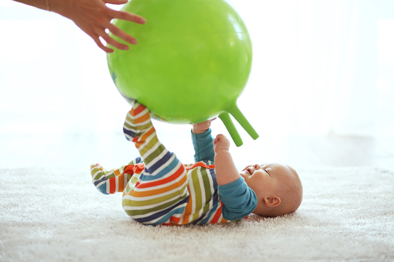 Картинка младенца ребёнок Мяч Руки Младенцы младенец грудной ребёнок Дети рука Мячик