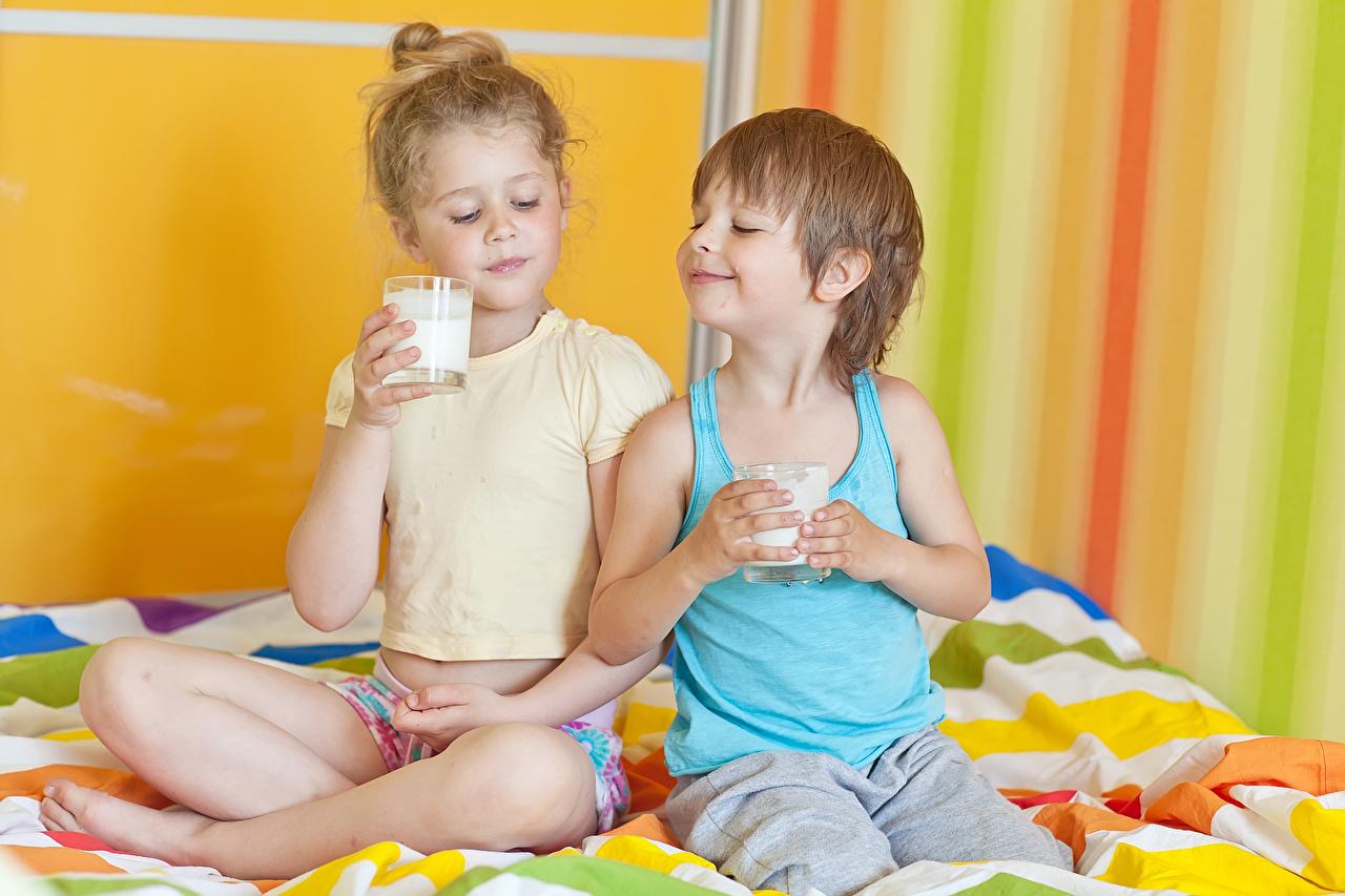 Обои Молоко Девочки Мальчики Дети 2 Майка Стакан Ребёнок Двое вдвоем