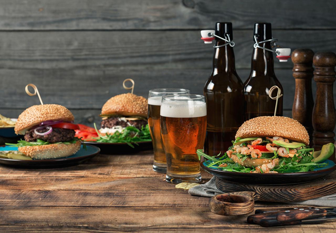 Картинка Двое Пиво Гамбургер Булочки стакане бутерброд Еда Пена Бутылка Натюрморт Доски 2 два две вдвоем Стакан стакана Бутерброды пене Пища пеной бутылки Продукты питания