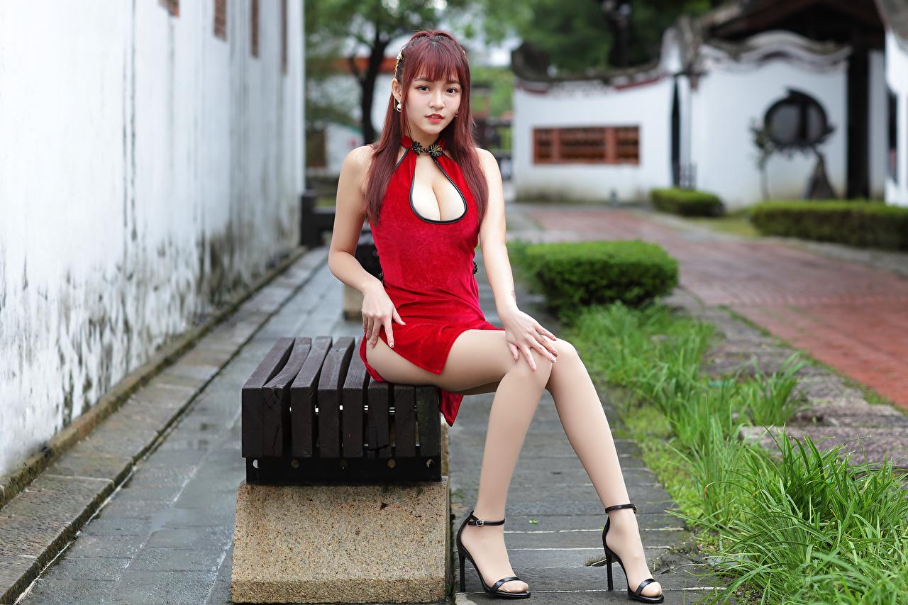 Картинка Рыжая молодые женщины Ноги Азиаты Сидит Скамья смотрят Платье рыжие рыжих девушка Девушки молодая женщина ног азиатки азиатка сидя сидящие Скамейка Взгляд смотрит платья