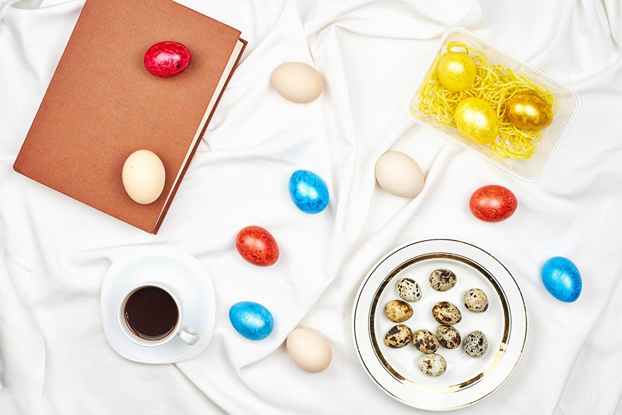 Картинка Пасха Разноцветные яиц Кофе Еда Чашка книги тарелке яйцо Яйца яйцами Пища чашке Книга Тарелка Продукты питания