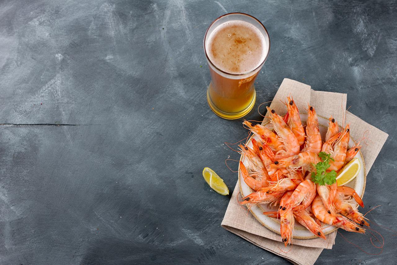 Обои для рабочего стола Пиво Стакан Креветки Пища сером фоне Морепродукты стакана стакане Еда Продукты питания Серый фон