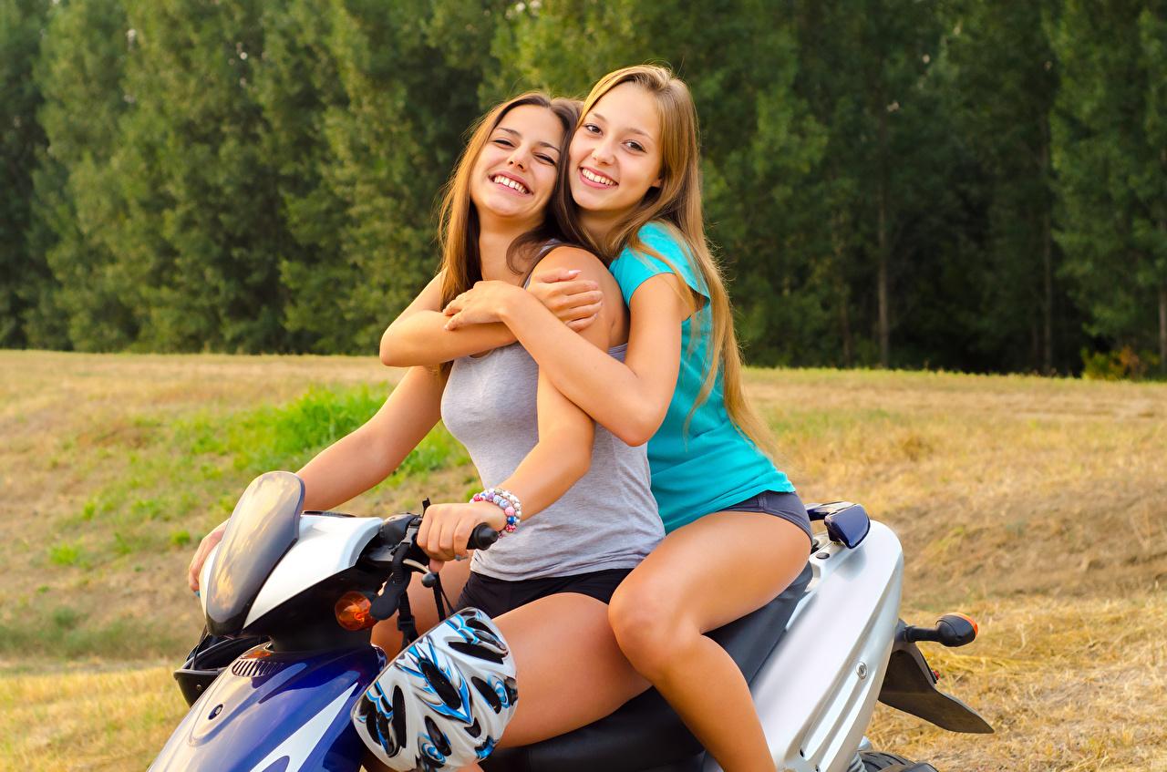 Фотографии Шатенка Мотороллер Улыбка два молодые женщины Скутер шатенки улыбается 2 две Двое вдвоем девушка Девушки молодая женщина