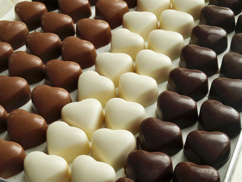 Фото сердца Шоколад Конфеты Еда Много Сладости серце Сердце сердечко Пища Продукты питания
