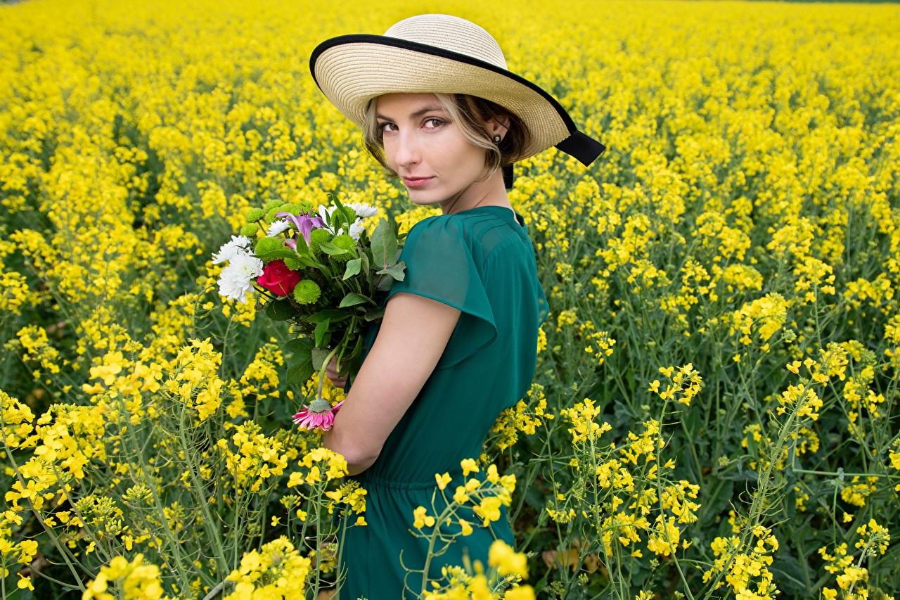 Фотография Alena Букеты Рапс Шляпа молодые женщины Поля Взгляд Платье букет шляпы шляпе девушка Девушки молодая женщина смотрит смотрят платья