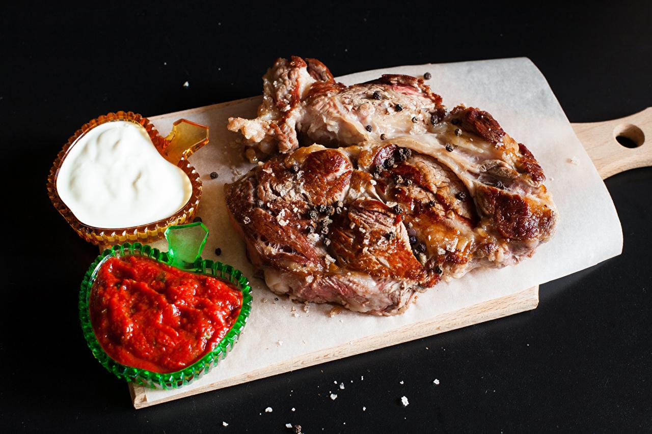 Фото кетчупа Пища Разделочная доска на черном фоне Мясные продукты Кетчуп кетчупом Еда Продукты питания разделочной доске Черный фон