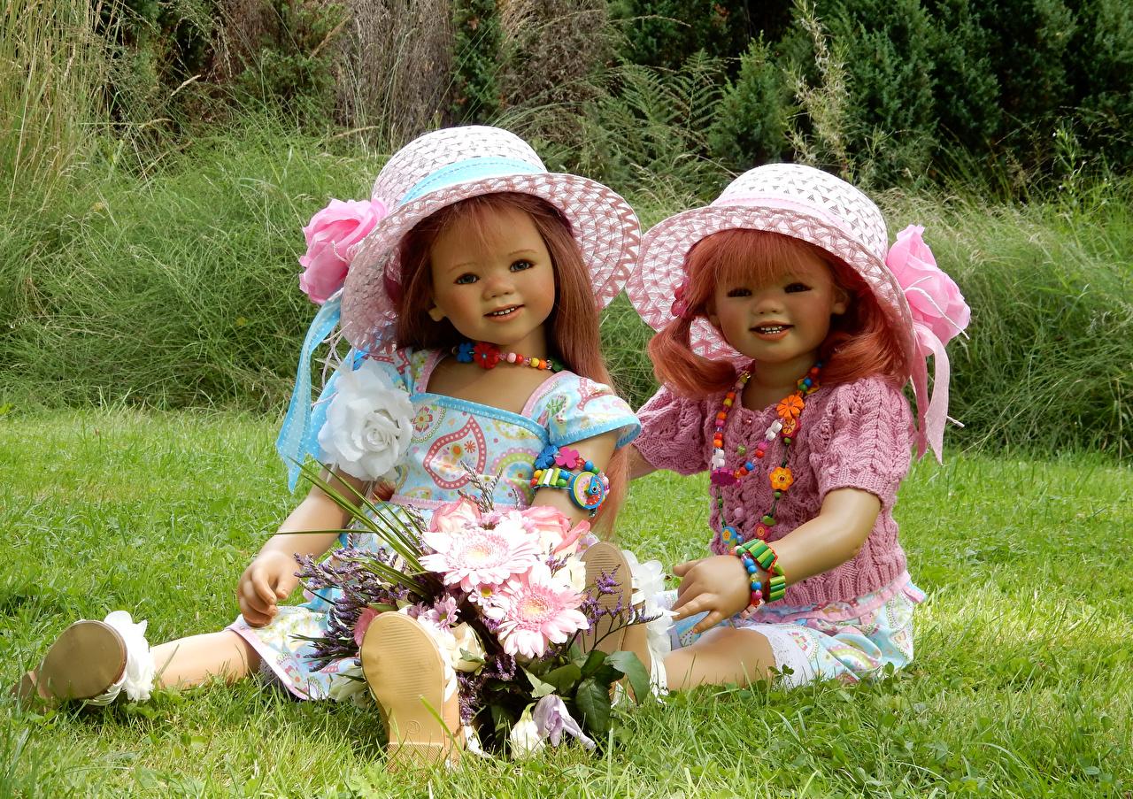 Фотография Девочки Кукла Grugapark Essen Букеты Двое шляпе Парки девочка куклы букет 2 две два Шляпа шляпы вдвоем парк