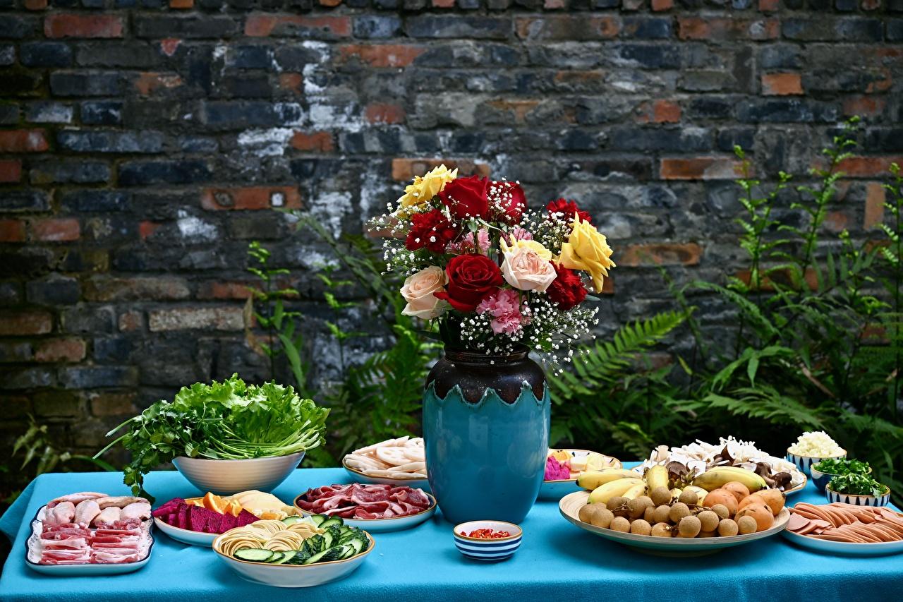 Картинка Букеты Розы Еда Ваза столы нарезка букет роза вазе вазы Стол Пища стола Продукты питания Нарезанные продукты