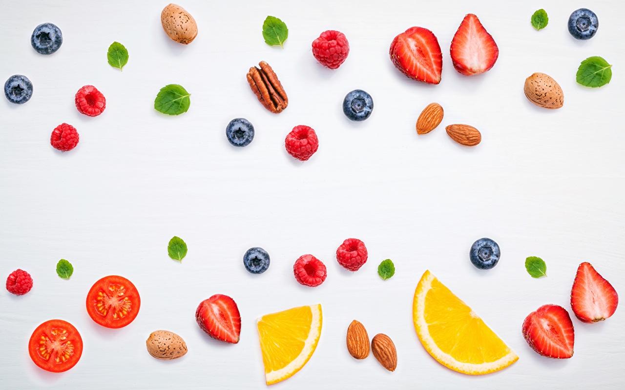 Фотографии Малина Черника Клубника Пища Ягоды сером фоне Еда Продукты питания Серый фон