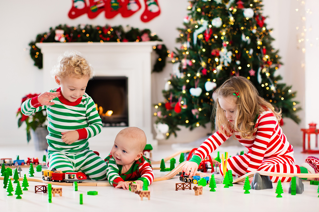 Фото девочка младенец мальчишки Рождество ребёнок три игрушка Девочки мальчик младенца Младенцы Мальчики мальчишка грудной ребёнок Новый год Дети Трое 3 втроем Игрушки