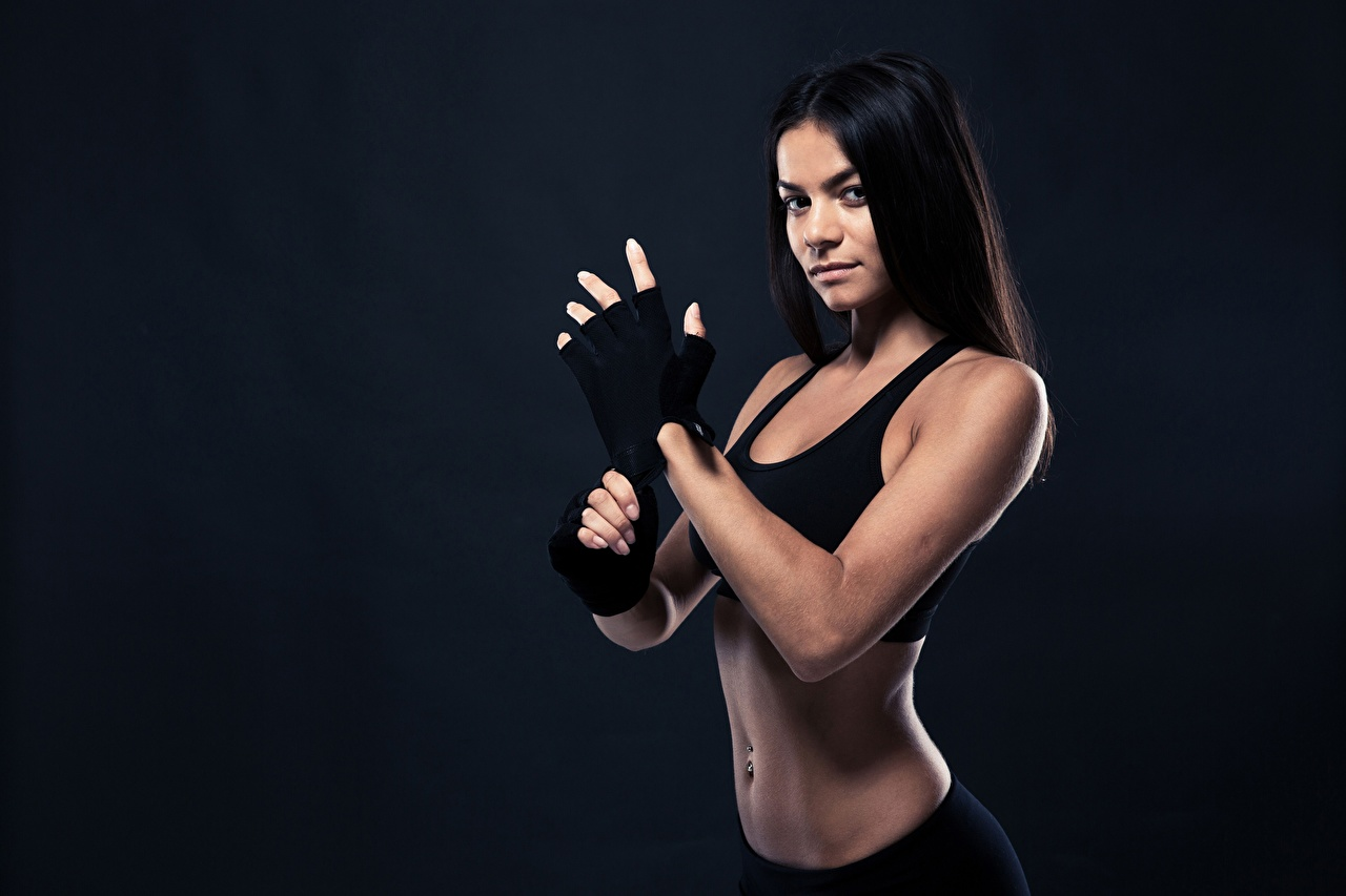 Фотография брюнетки перчатках Фитнес девушка спортивные Взгляд Брюнетка брюнеток Перчатки Спорт Девушки спортивная спортивный молодая женщина молодые женщины смотрит смотрят