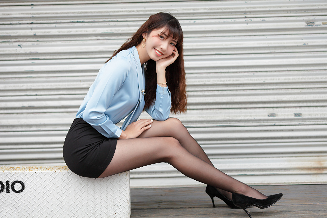 Картинки Юбка Шатенка улыбается Блузка молодая женщина Ноги азиатки Сидит Взгляд Туфли юбке юбки шатенки Улыбка девушка Девушки молодые женщины ног Азиаты азиатка сидя сидящие смотрит смотрят туфель туфлях