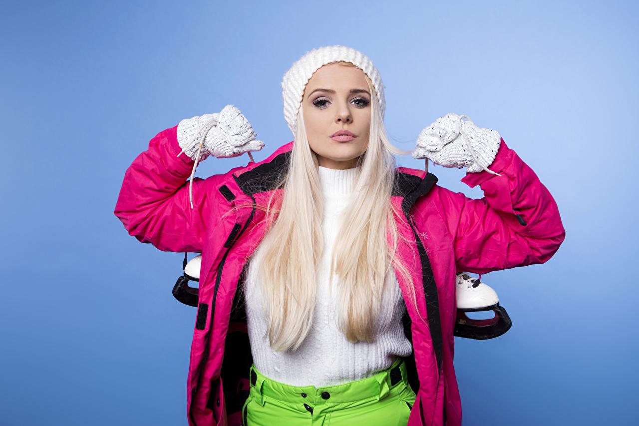 Фото коньках блондинок Перчатки куртке спортивная молодые женщины Цветной фон Коньки блондинки Блондинка перчатках Спорт Куртка куртки куртках девушка Девушки спортивные спортивный молодая женщина