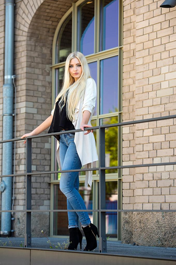 Обои для рабочего стола блондинки Soraya, Miss Germany 2017 Поза Девушки джинсов смотрят  для мобильного телефона Блондинка блондинок позирует девушка молодая женщина молодые женщины Джинсы Взгляд смотрит