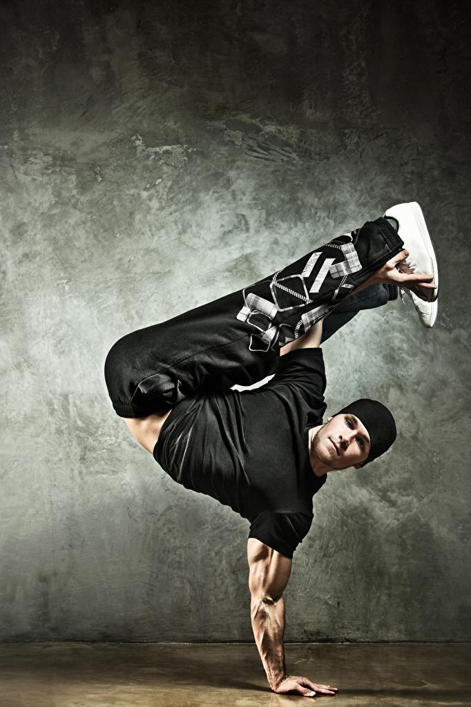 Фотография мужчина танцует Шапки Взгляд  для мобильного телефона Мужчины Танцы танцуют шапка в шапке смотрит смотрят