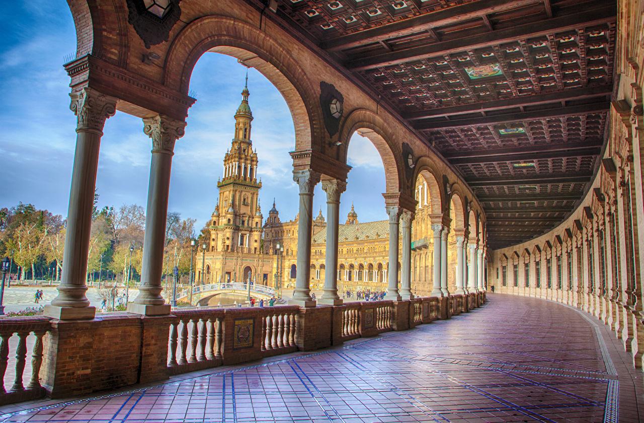 Обои для рабочего стола дворца Испания арки городской площади Колонна Seville забором Города Дворец Арка Городская площадь колонны Забор забора ограда город