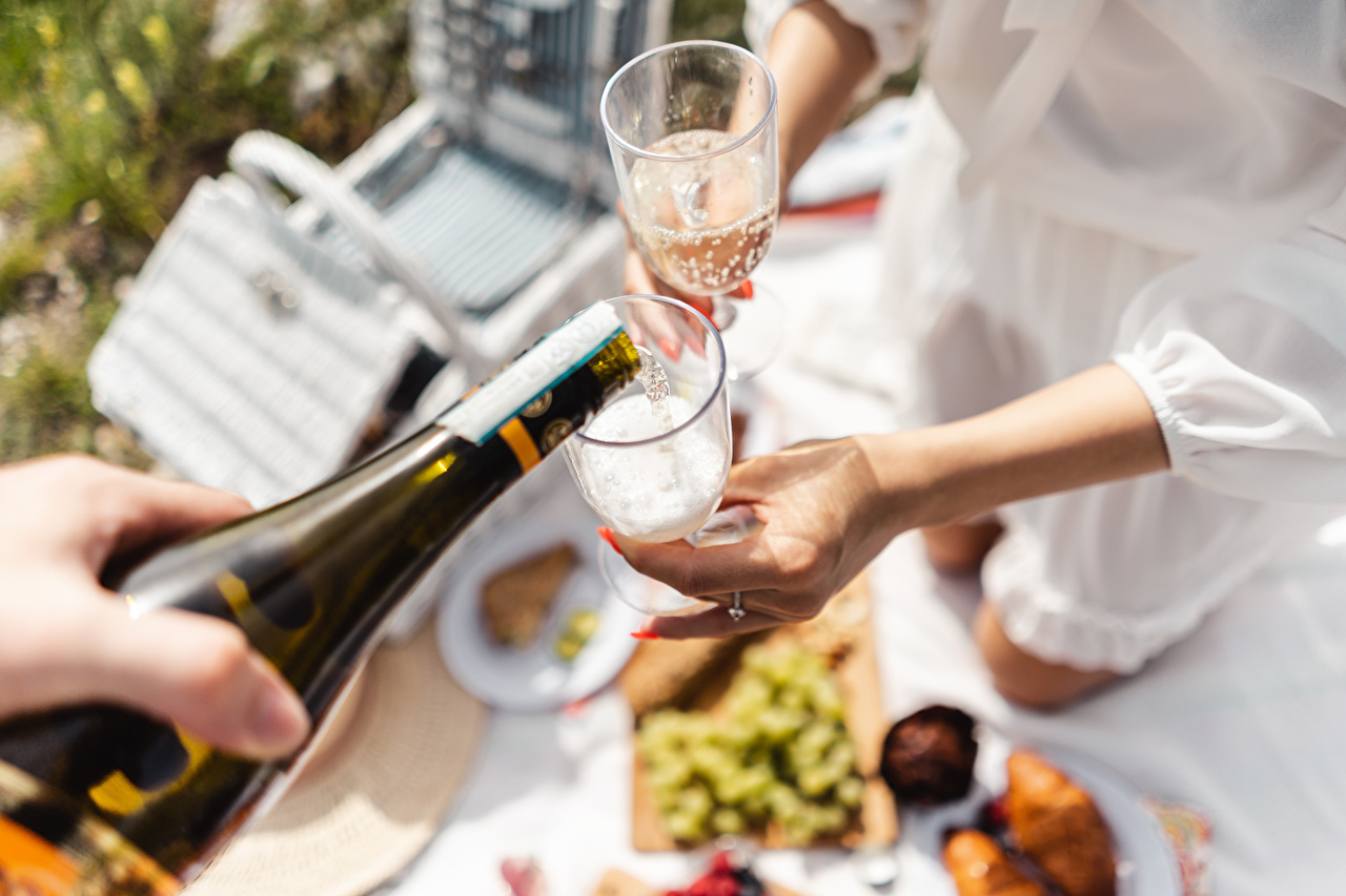 Фотография Пикник Размытый фон Шампанское Еда Руки бокал бутылки пикнике боке Игристое вино Пища рука Бокалы Бутылка Продукты питания