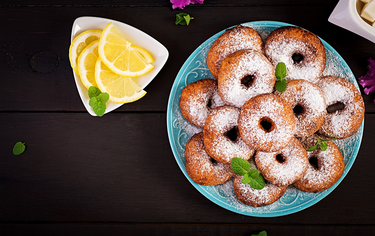Фото Пончики Сахарная пудра Лимоны тарелке Продукты питания Еда Пища Тарелка