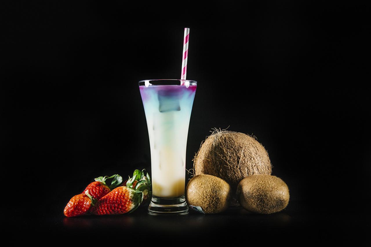 Картинки Киви Стакан Кокосы Клубника Продукты питания Черный фон Напитки стакана стакане Еда Пища на черном фоне напиток