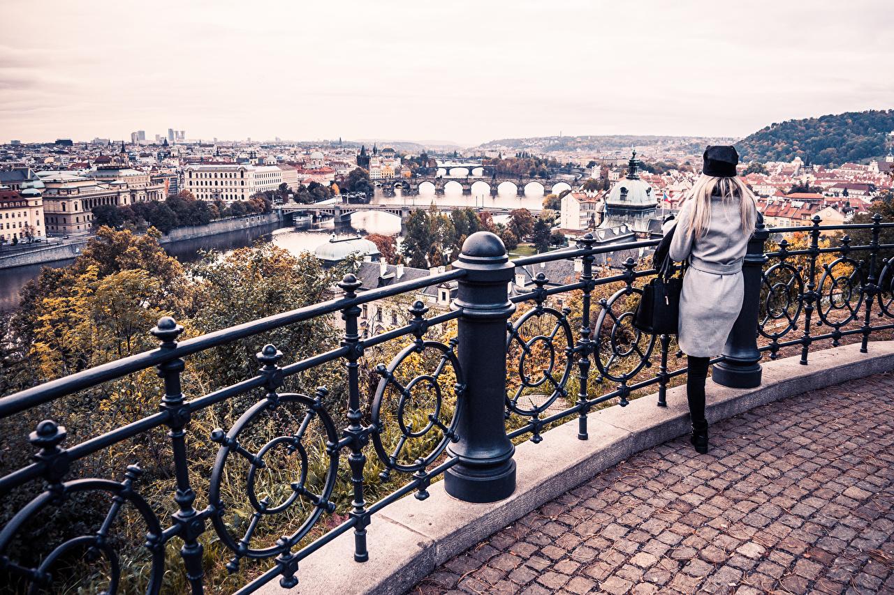 Обои для рабочего стола Прага Чехия девушка забора река Дома Города Девушки молодая женщина молодые женщины Забор ограда забором Реки речка город Здания