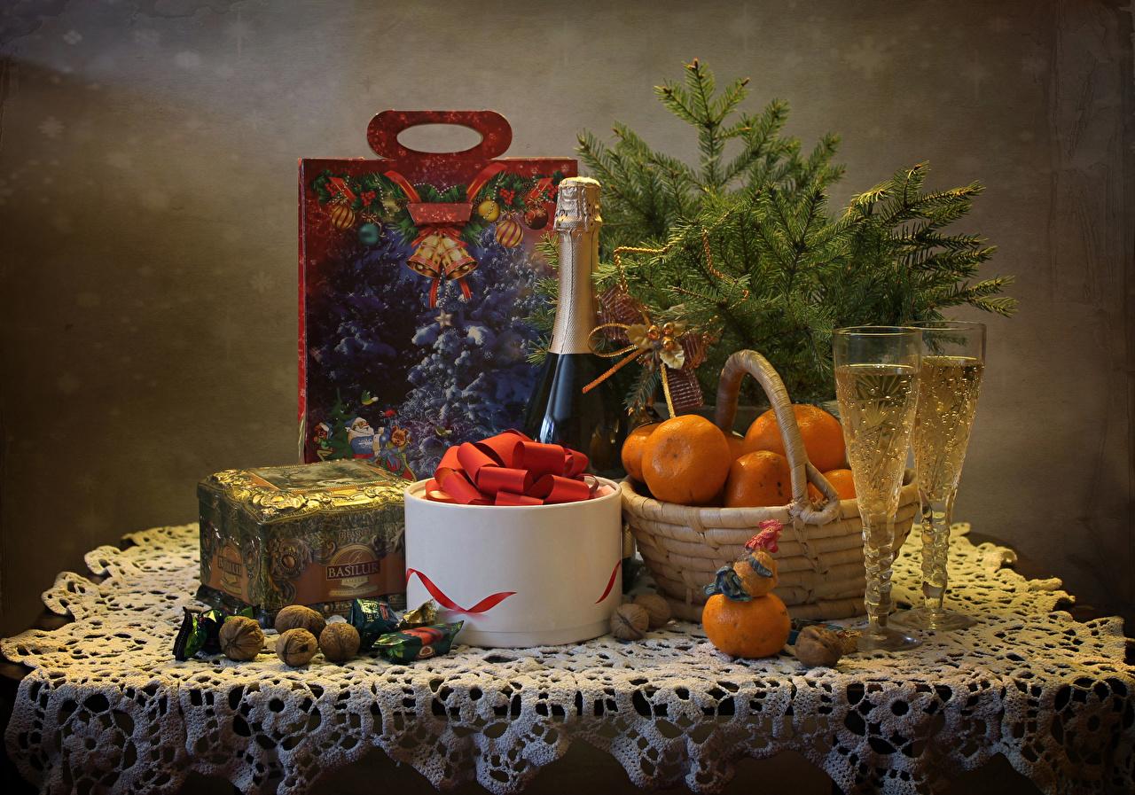 Картинка Рождество Конфеты Мандарины Игристое вино Коробка стола Бокалы Продукты питания Орехи Натюрморт Новый год Шампанское Еда Стол Пища столы бокал