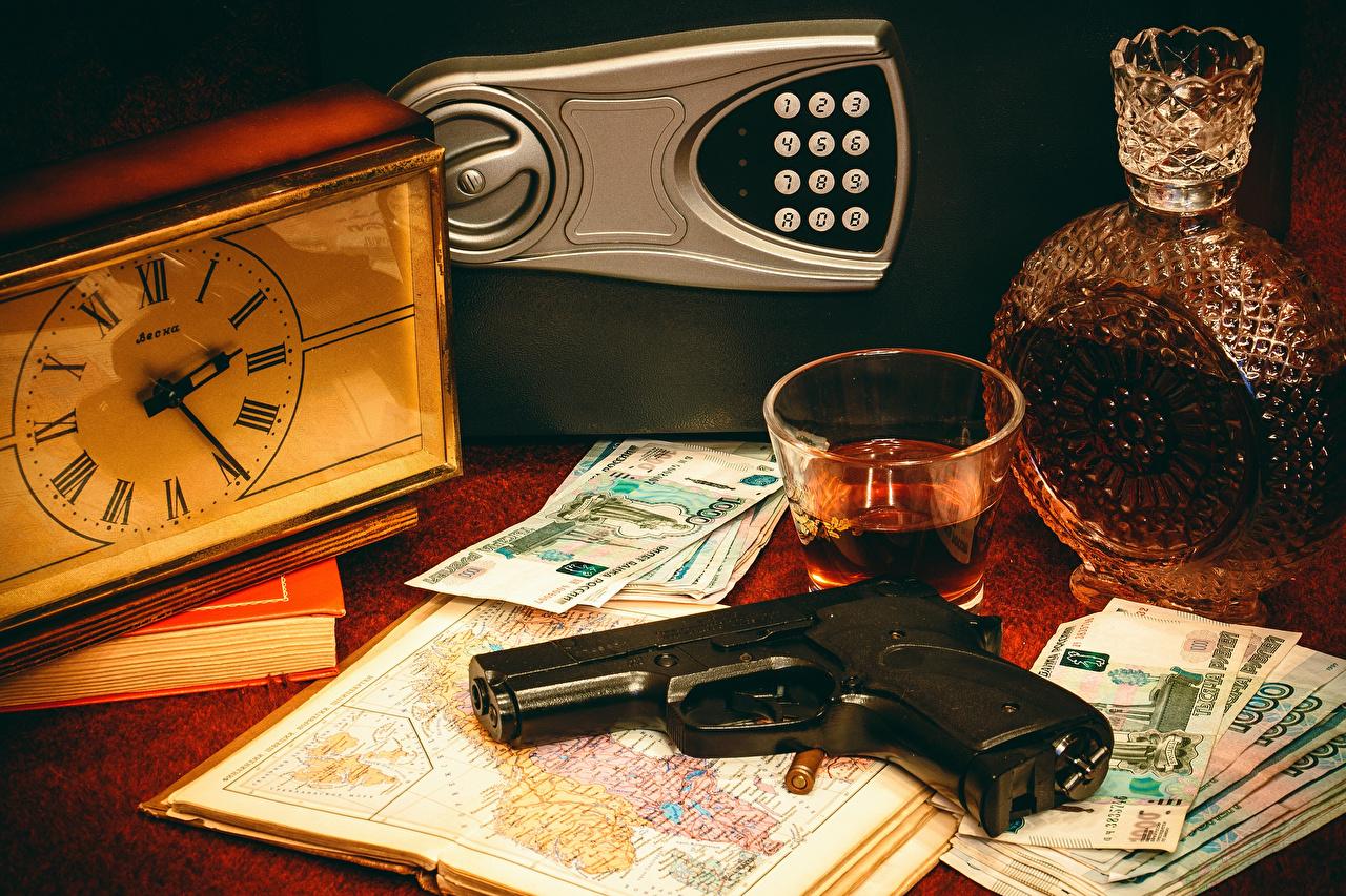 Фотографии Пистолеты Часы стакана Пища Деньги Бутылка Натюрморт пистолет пистолетом Стакан стакане Еда бутылки Продукты питания
