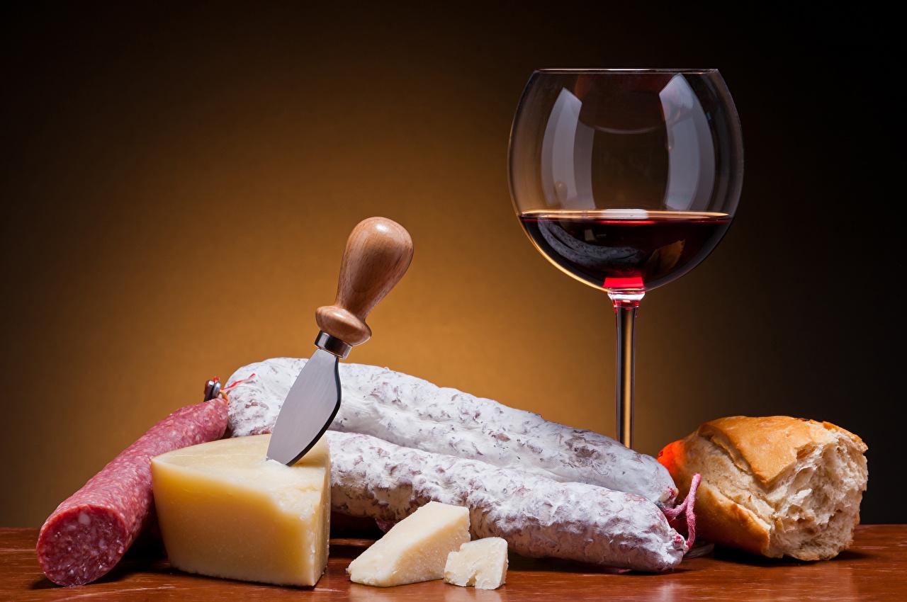 Обои ножик Вино Колбаса Хлеб Сыры Еда Бокалы Цветной фон Нож Пища Продукты питания