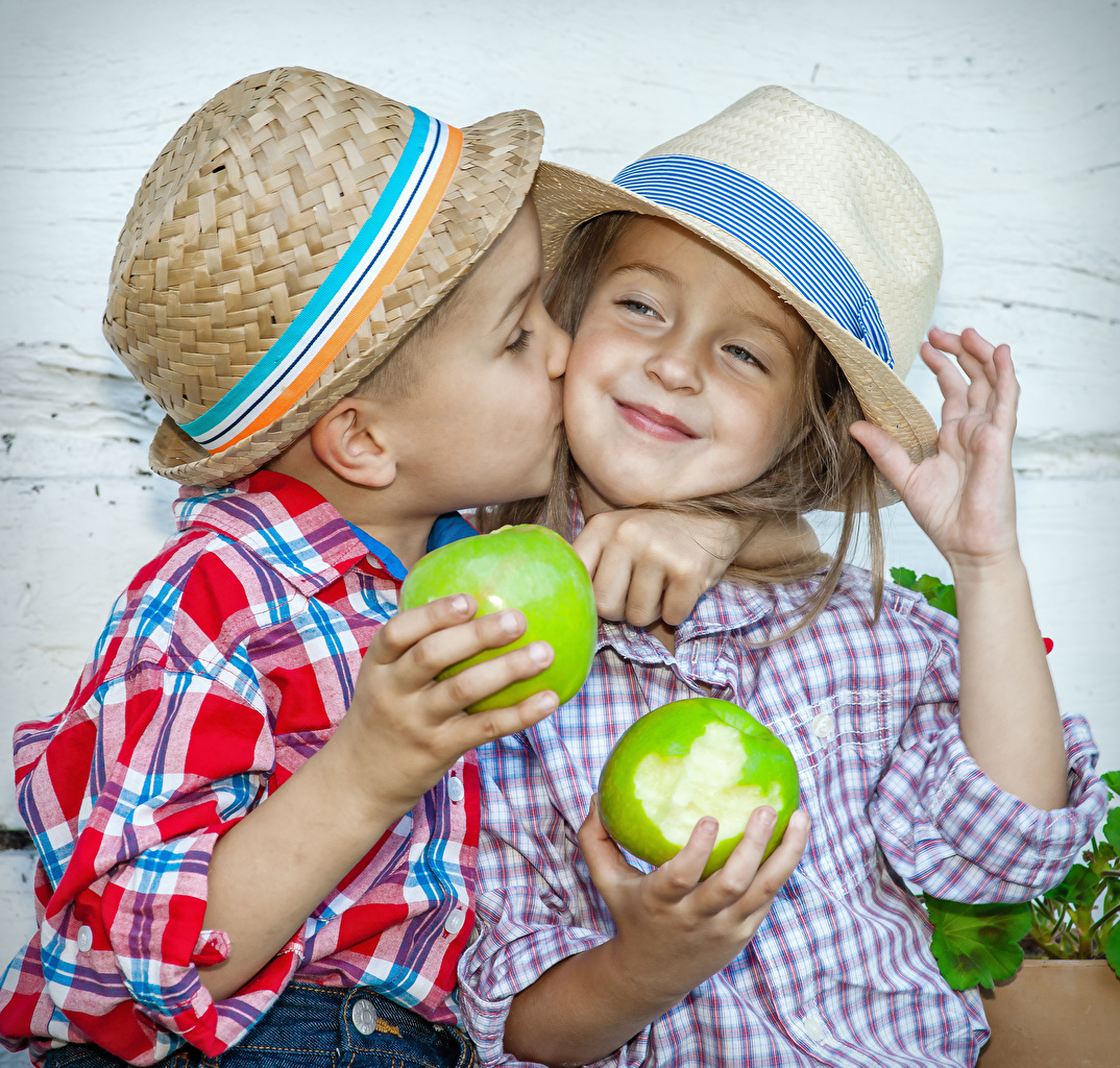Картинка девочка Мальчики радостная целует ребёнок Двое Шляпа Яблоки рука Девочки мальчик мальчишки мальчишка Радость счастье радостный счастливые счастливая счастливый Дети Поцелуй поцелуи целование целоваться 2 две два шляпе шляпы вдвоем Руки