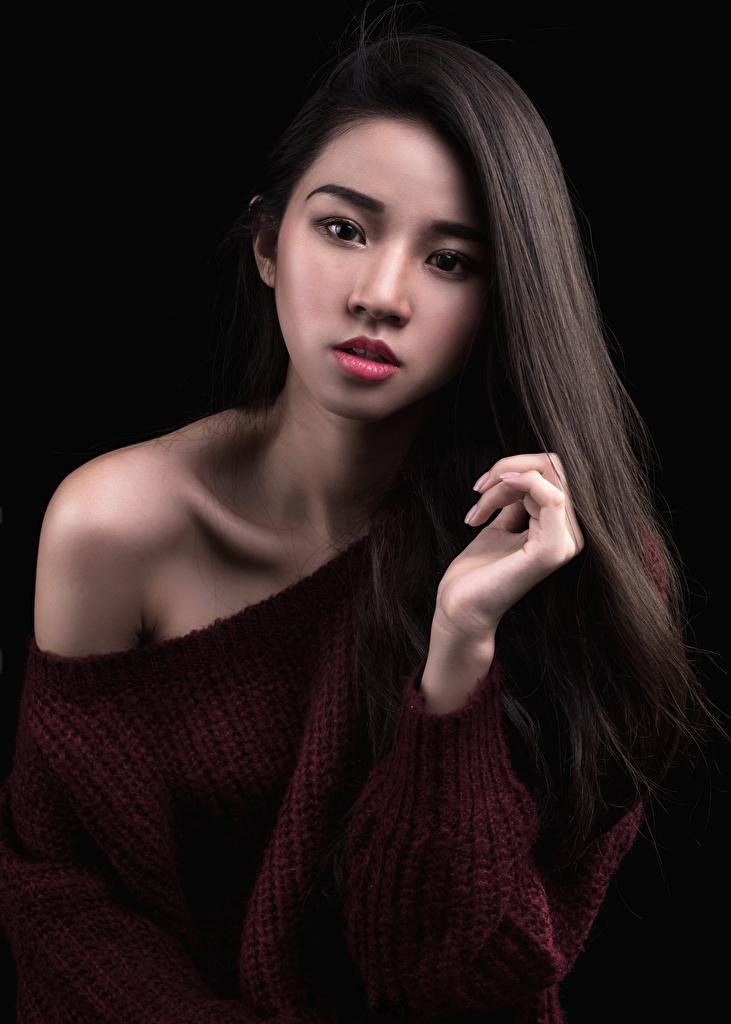 Фотография Волосы молодые женщины Азиаты Свитер смотрит Черный фон  для мобильного телефона волос девушка Девушки молодая женщина азиатки азиатка свитере свитера Взгляд смотрят на черном фоне