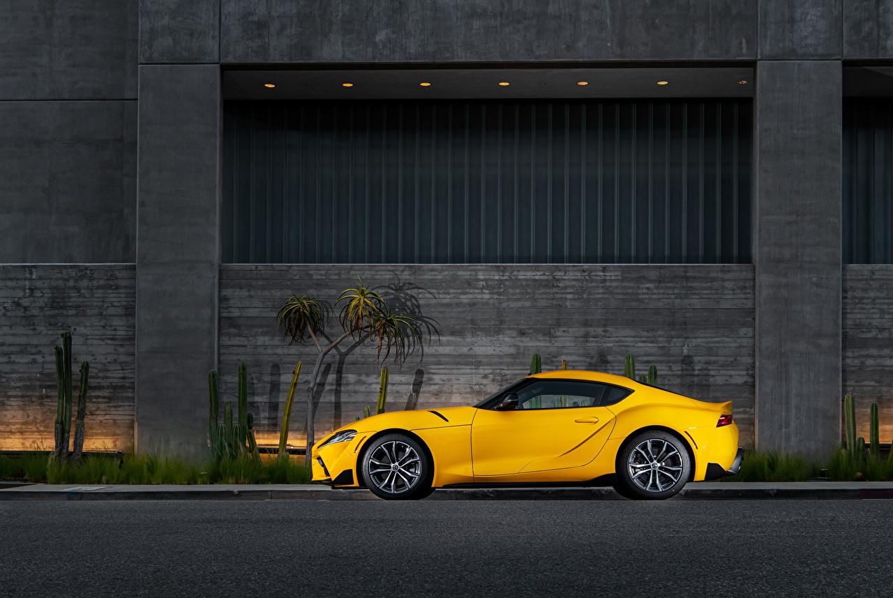 Обои для рабочего стола Тойота GR Supra 2.0 North America, (A90), 2020 Желтый Сбоку машина Металлик Toyota желтая желтые желтых авто машины Автомобили автомобиль