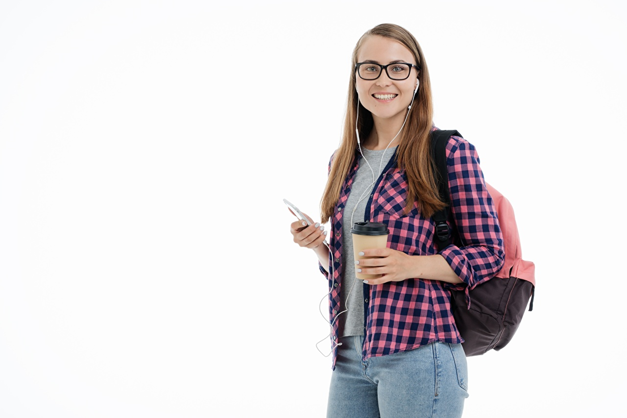 Фотография Шатенка студентка Улыбка Рюкзак Рубашка молодые женщины джинсов Взгляд белым фоном шатенки Студентки улыбается рубашке рубашки девушка Девушки молодая женщина Джинсы смотрит смотрят Белый фон белом фоне