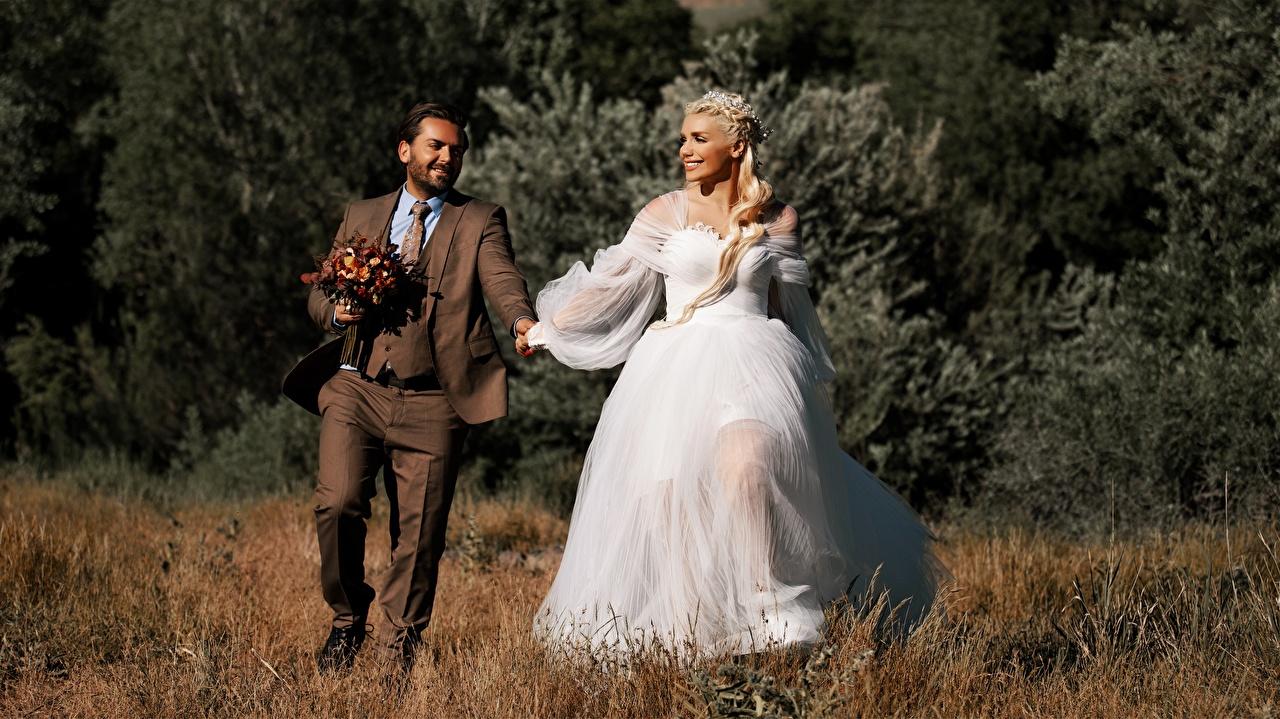 Фотографии Жених невесты блондинки мужчина Влюбленные пары улыбается 2 Девушки Трава костюме Платье жениха женихом Невеста блондинок Блондинка Мужчины любовники Улыбка два две Двое вдвоем девушка молодые женщины молодая женщина траве Костюм костюма классический костюм платья