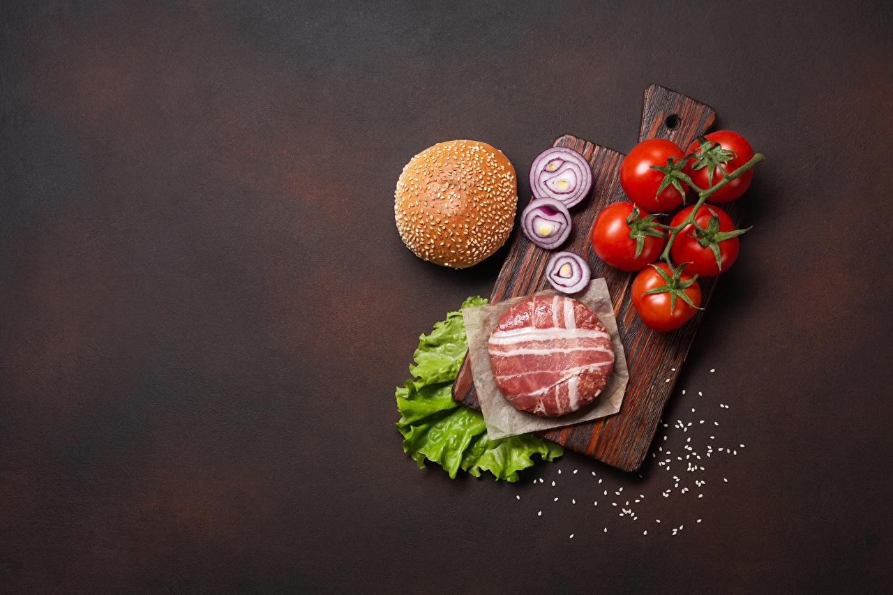 Картинка котлета Бекон Помидоры Гамбургер Лук репчатый солью Продукты питания Разделочная доска Мясные продукты Котлеты Томаты соли Соль Еда Пища разделочной доске