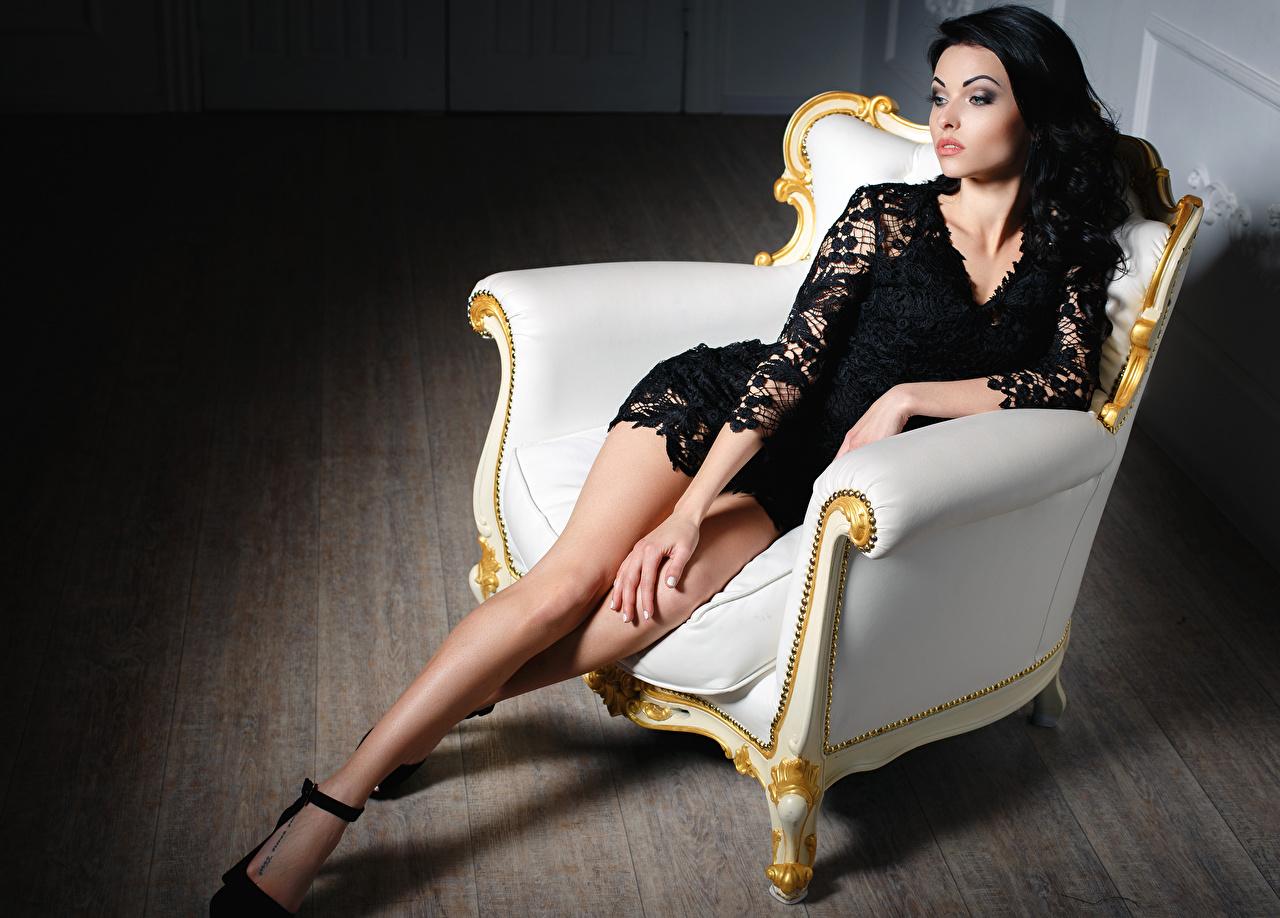 Картинки брюнетки Девушки ног Сидит Кресло платья брюнеток Брюнетка девушка молодые женщины молодая женщина Ноги сидя сидящие Платье