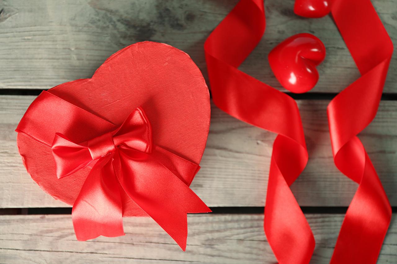 Обои для рабочего стола День всех влюблённых серце Подарки Коробка Бантик ленточка Доски День святого Валентина Сердце сердца сердечко подарок коробке коробки подарков бант Лента бантики