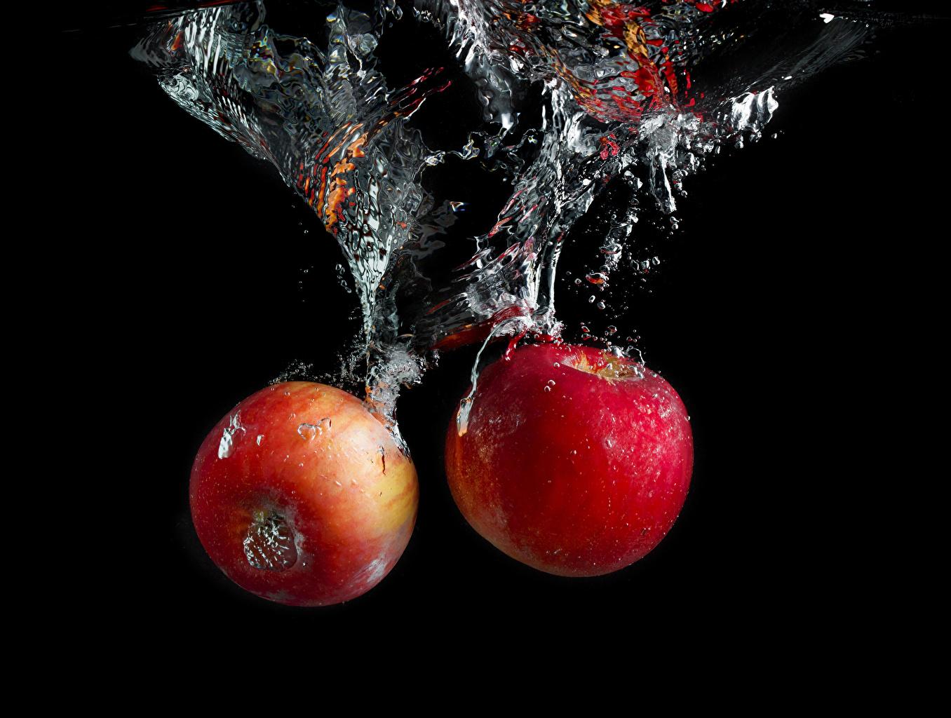 Фотография Пузырьки воды вдвоем Яблоки воде Продукты питания Черный фон 2 два две Двое Еда Пища Вода на черном фоне
