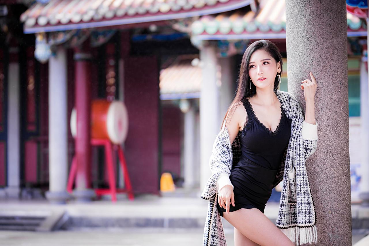 Фотографии боке позирует девушка азиатки Взгляд платья Размытый фон Поза Девушки молодая женщина молодые женщины Азиаты азиатка смотрит смотрят Платье
