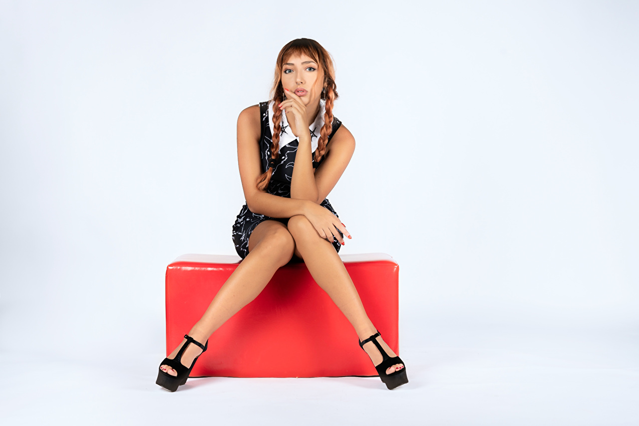 Фотография Шатенка косички позирует молодые женщины ног Сидит шатенки косы Коса Поза девушка Девушки молодая женщина Ноги сидя сидящие